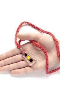 Dzikie Twory - szklany wisiorek na czerwonym lnianym łańcuszku - czarny żółty czarny