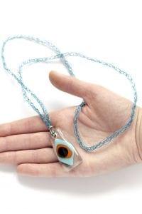Dzikie Twory - szklany wisiorek na łańcuszku z druciku - pawie oczko