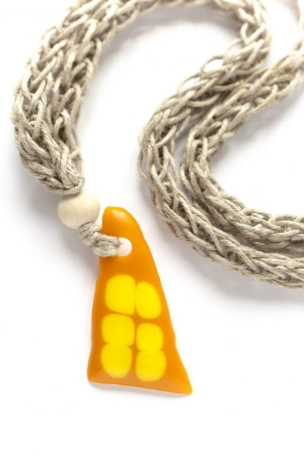 Dzikie Twory - szklany wisiorek na lnianym łańcuszku - pomarańcza