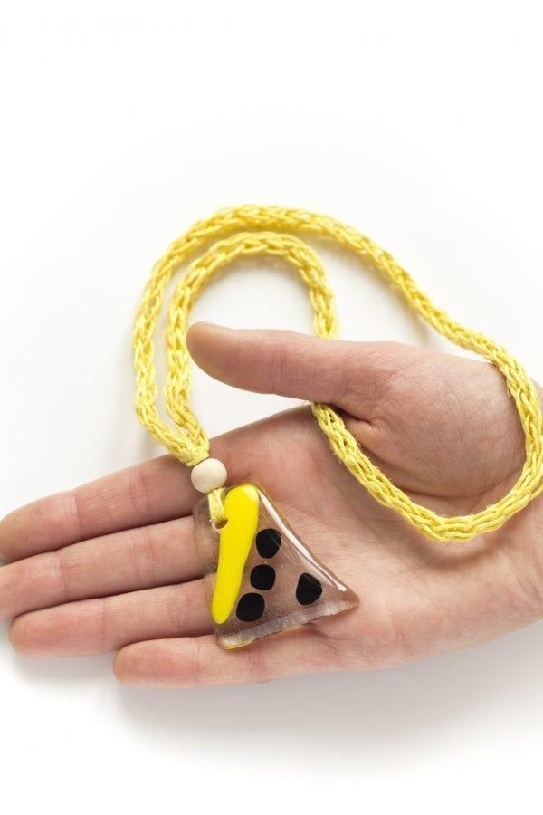 Dzikie Twory - szklany wisiorek na żółtym lnianym łańcuszku - kreska i kropkio