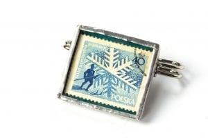 Dzikie Twory - broszka ze znaczkiem pocztowym z 1957 roku - narciarz
