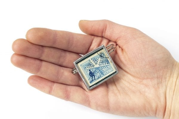 Dzikie Twory - broszka ze znaczkiem pocztowym z 1957 roku - narciarz - wielkość broszki