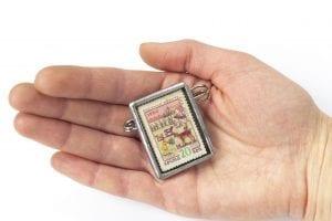 Dzikie Twory - broszka ze znaczkiem pocztowym z 1960 roku - rysunki sowieckich dzieci - wielkość broszki