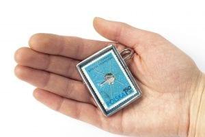 Dzikie Twory - broszka ze znaczkiem pocztowym z 1966 roku - Pierwszy satelita francuski - wielkość broszki
