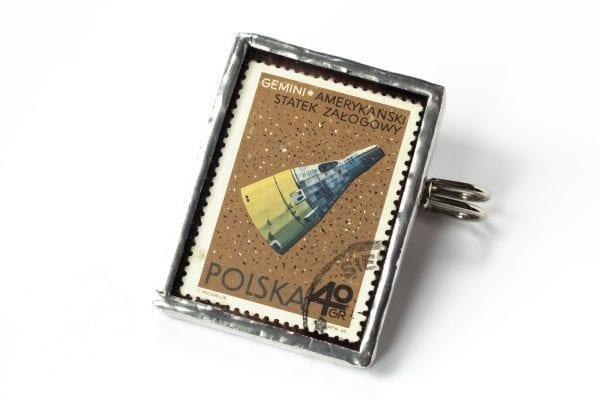 Dzikie Twory - broszka ze znaczkiem pocztowym z 1966 roku - gemini