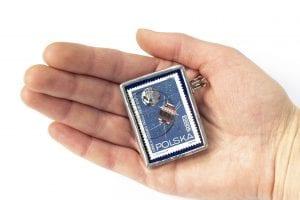 Dzikie Twory - broszka ze znaczkiem pocztowym z 1966 roku - łunnik III - wielkość broszki