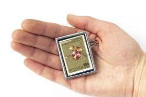 Dzikie Twory - broszka ze znaczkiem pocztowym z 1966 roku - proton1 - wielkość broszki