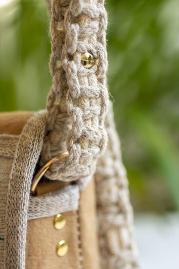 Dzikie Twory - mała torebka z lnu i jasnobrązowej Washpapy - paw wśród gałęzi - regulacja paska