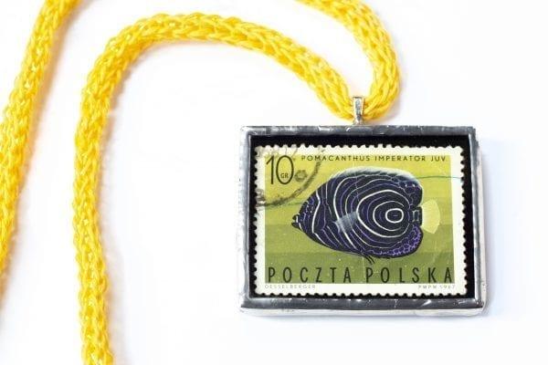 Dzikie Twory - naszyjnik ze znaczkiem pocztowym z 1967 roku - ryba ustniczek cesarski