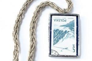 Dzikie Twory - naszyjnik ze znaczkiem pocztowym z 1976 roku - samolot nad górami