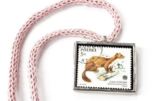 Dzikie Twory - naszyjnik ze znaczkiem pocztowym z 1984 roku - kuna domowa
