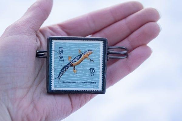 Dzikie Twory - broszka ze znaczkiem pocztowym z 1963 roku - traszka górska, wielkość broszki