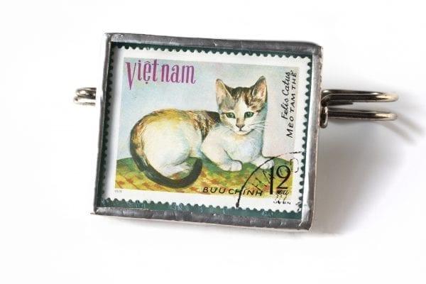 Dzikie Twory broszka ze znaczkiem pocztowym z 1979 - kot Wietnam