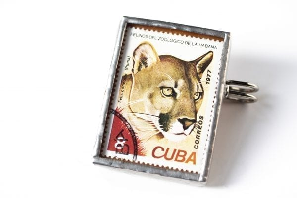Dzikie Twory broszka ze znaczkiem pocztowym z Kuby z 1977 - puma