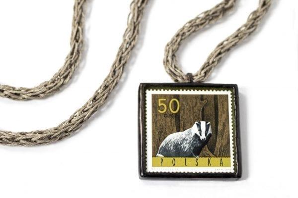 Dzikie Twory naszyjnik ze znaczkiem pocztowym z 1965 roku - borsuk