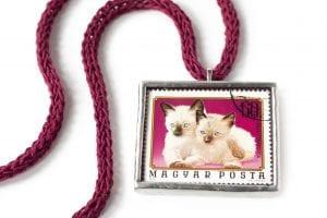 Dzikie Twory naszyjnik ze znaczkiem pocztowym z 1974 roku - koty syjamskie Węgry