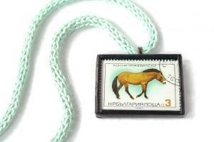 Dzikie Twory naszyjnik ze znaczkiem pocztowym z Bułargii z 1980 - koń