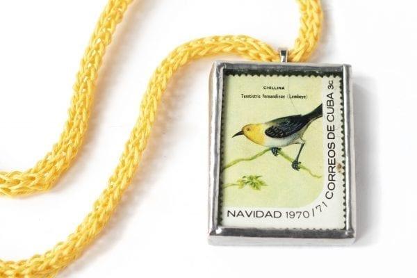 Dzikie Twory naszyjnik ze znaczkiem pocztowym z Kuby z przełomu roku 1970 na 1971 - ptaszek chillina