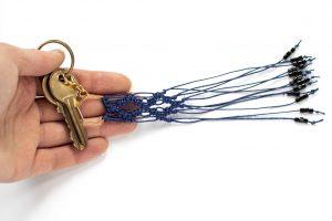 Dzikie Twory - makramowa zawieszka do kluczy lub torebki, kolor granatowy