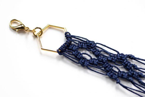 Dzikie Twory - makramowa zawieszka do kluczy lub torebki, kolor granatowy, zbliżenie na splot