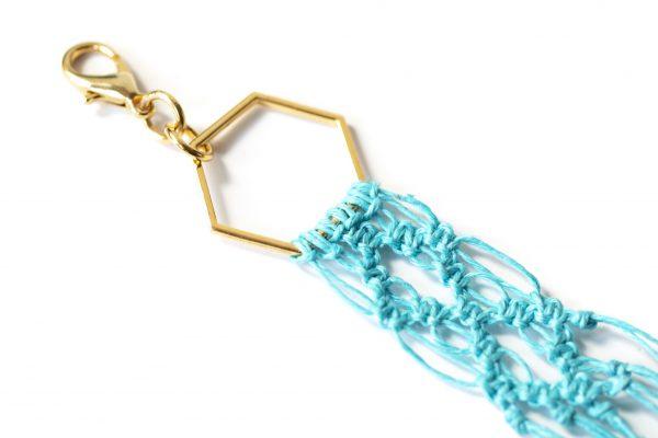 Dzikie Twory - makramowa zawieszka do kluczy lub torebki, kolor turkusowy, zbliżenie na splot