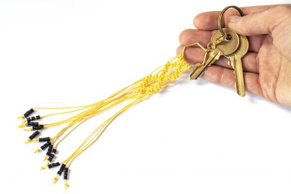 Dzikie Twory - makramowa zawieszka do kluczy lub torebki, w kolorze żółtym