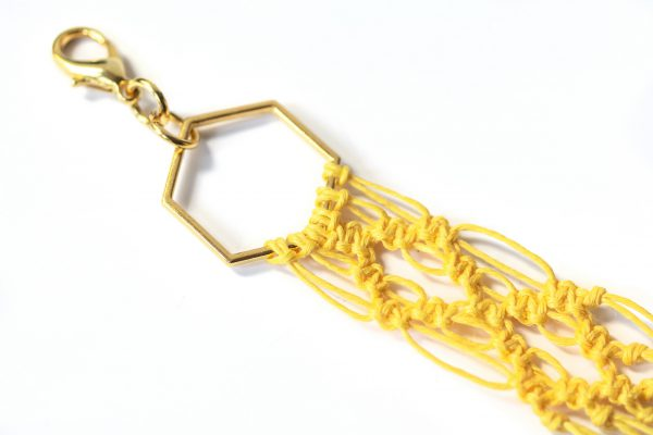 Dzikie Twory - makramowa zawieszka do kluczy lub torebki, kolor żółty, zbliżenie na splot