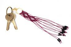 Dzikie Twory - makramowa zawieszka do kluczy lub torebki, w kolorze fuksji