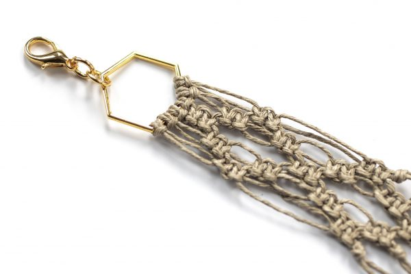 Dzikie Twory - makramowa zawieszka do kluczy lub torebki, w kolorze naturalnego lnu , zbliżenie na splot