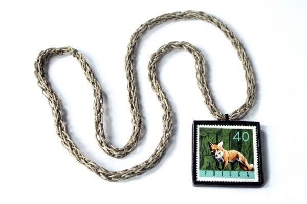 Dzikie Twory naszyjnik ze znaczkiem pocztowym z 1965 roku - lisek