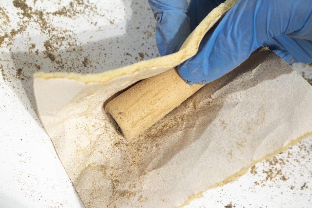 Dzikie Twory - ścieranie zanieczyszczeń z drewna papierem o średniej ziarnistości