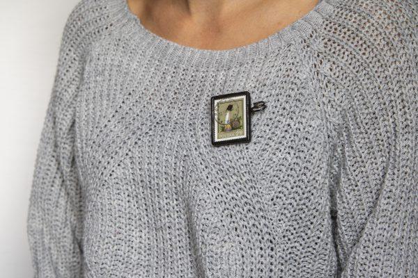 Dzikie Twory - broszka ze znaczkiem pocztowych z 1980 roku - grzyb sromotnik fiołkowy, broszka przypięta do swetra