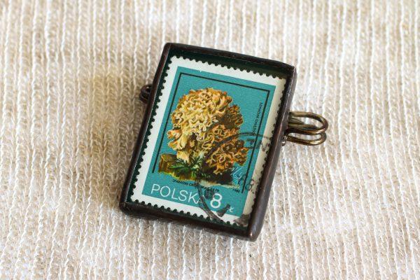 Dzikie Twory - broszka ze znaczkiem pocztowych z 1980 roku - grzyb szmaciak gałęzisty