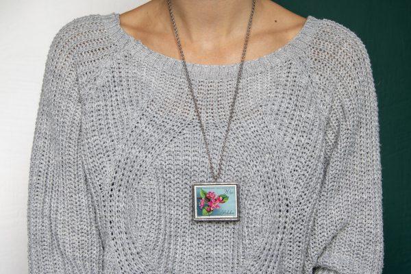 Dzikie Twory - naszyjnik ze znaczkiem pocztowych z 1971 roku - kwiat jabłoni, wisiorek na szyi