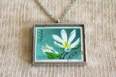 Dzikie Twory - naszyjnik ze znaczkiem pocztowych z 1971 roku - magnolia, detal