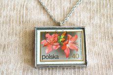 Dzikie Twory - naszyjnik ze znaczkiem pocztowych z 1972 roku - kwiat różanecznik, detal