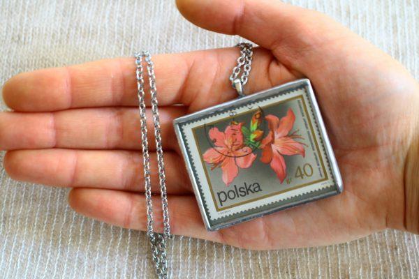 Dzikie Twory - naszyjnik ze znaczkiem pocztowych z 1972 roku - kwiat różanecznik, wielkość wisiorka