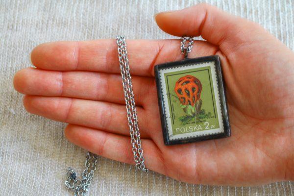 Dzikie Twory - naszyjnik ze znaczkiem pocztowych z 1980 roku - grzyb okratek czerwony, wielkość wisiorka