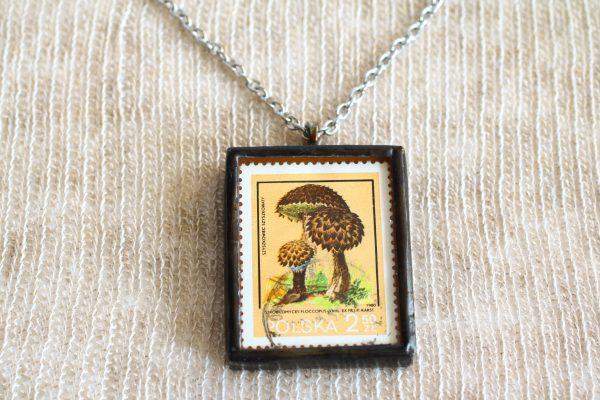 Dzikie Twory - naszyjnik ze znaczkiem pocztowych z 1980 roku - grzyb szyszkowiec szyszkowaty