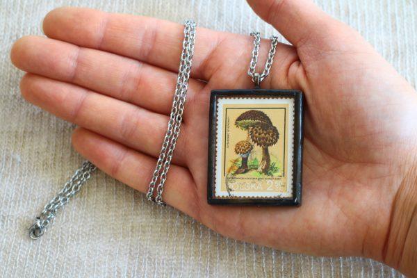 Dzikie Twory - naszyjnik ze znaczkiem pocztowych z 1980 roku - grzyb szyszkowiec szyszkowaty, wielkość wisiorka