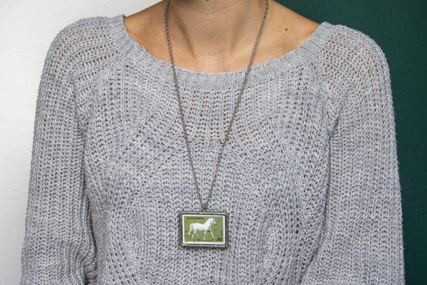 Dzikie Twory - naszyjnik ze znaczkiem pocztowych z 1984 roku z Rumunii - koń lipicański, wisiorek na szyi