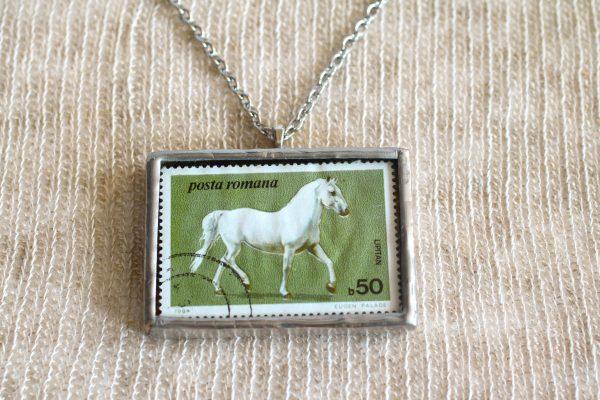 Dzikie Twory - naszyjnik ze znaczkiem pocztowych z 1984 roku z Rumunii - koń lipicański